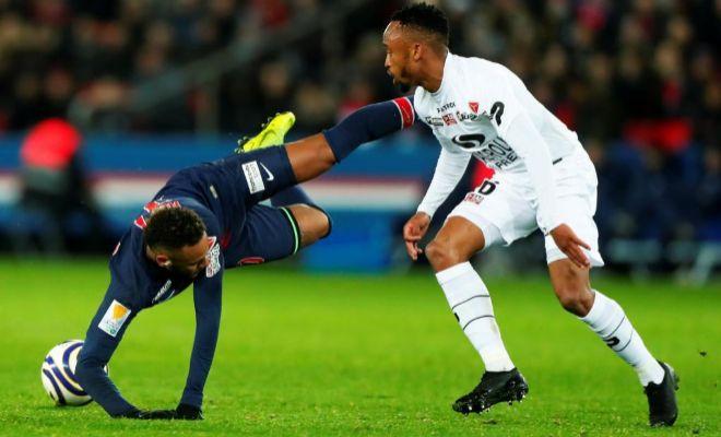 Neymar cae ante Phiri en el Parque de los Príncipes.