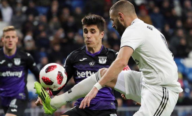 Benzema controla el balón ante Bustinza en el Bernabéu.