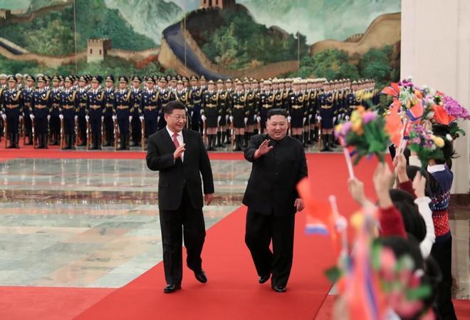 El presidente chino Xi Jinping recibe a la líder norcoreano Kim Jong en Pekín.