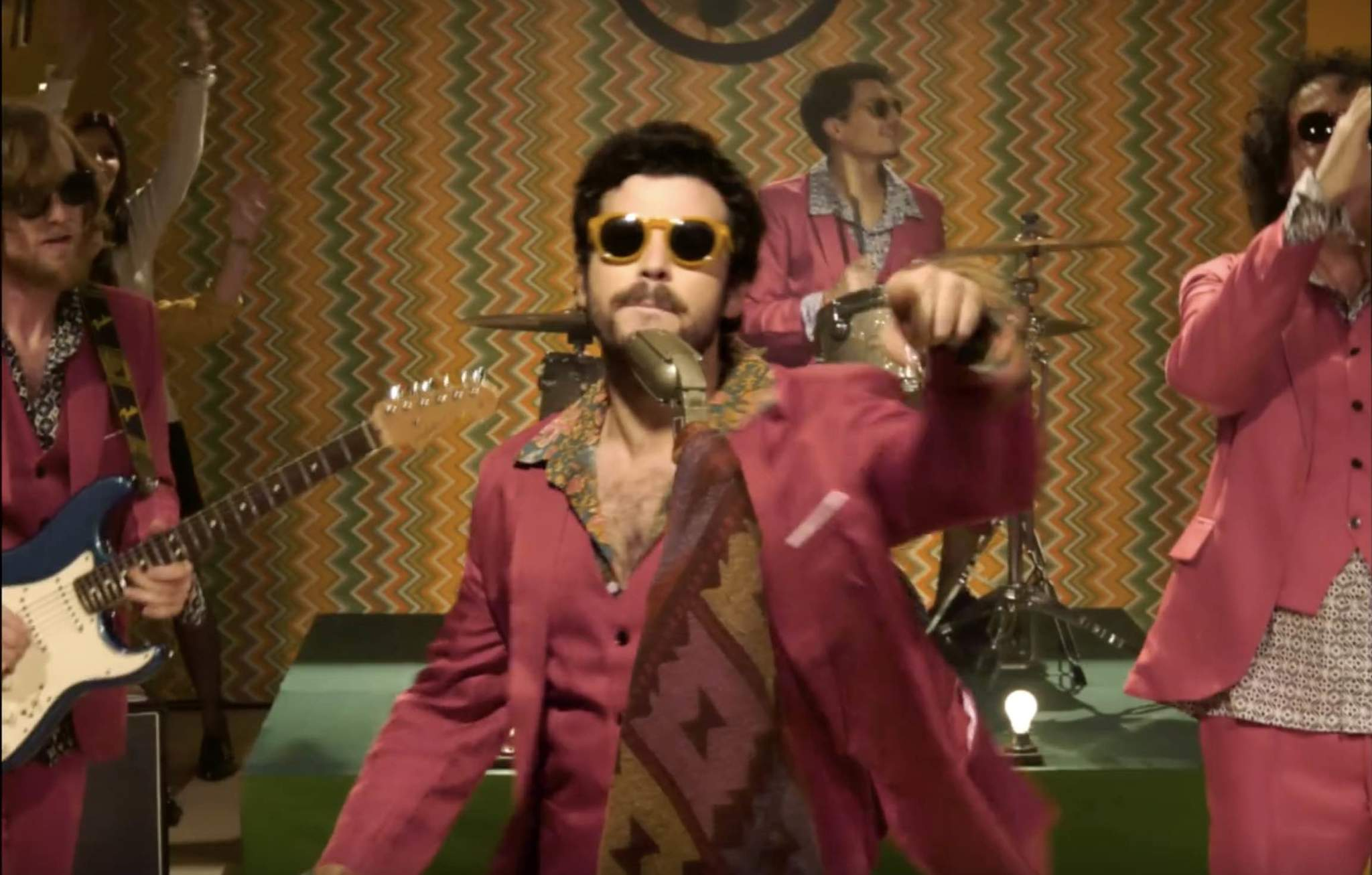 Fotograma del videoclip de Por lo que Pueda Pasar, de Taburete, con el...