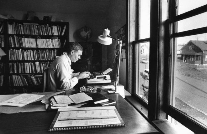 El escritor Raymond Carver escribiendo en su casa.