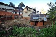 Una adolescente nepalí sentada en una cabaña a la que ha sido expulsada por tener la menstruación. Fotografía de archivo.