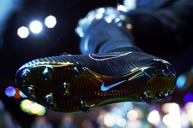 Una bota con el logotipo de Nike.