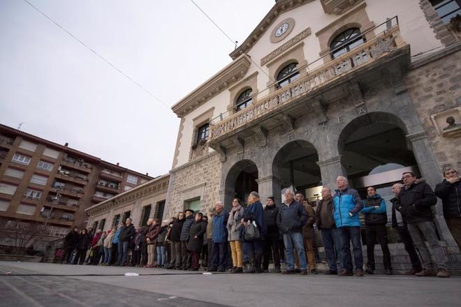 Familiares, amigos, vecinos de Amurrio y representantes de todos los partidos del Ayuntamiento manifestaron el martes su rechazo al disparo contra el caserío de una conocida familia de la izquierda abertzale.