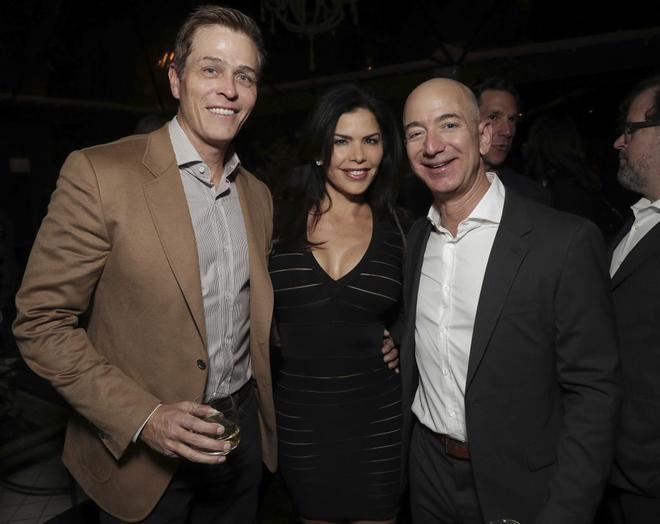 Patrick Whitesell (i), marido de Lauren Sánchez (c) y Jeff Bezos.