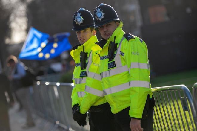 Policías metropolitanos vigilan el área cercana al Parlamento en Londres.