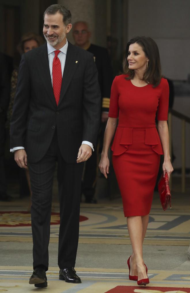 Letizia apostó por vestirse de rojo de pies a cabeza para presidir la...