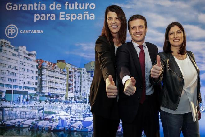 Pablo Casado, entre las candidatas del PP a Cantabria, Ruth Beitia, y Santander, Gema Igual.