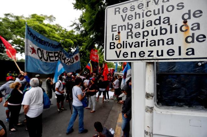 Grupos a favor y contra Maduro se manifiestan en la Embajada de Venezuela en Buenos Aires, Argentina.