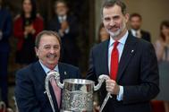Juan de Dios Román recoge el Premio Nacional Francisco Fernández Ochoa de manos de Felipe VI.