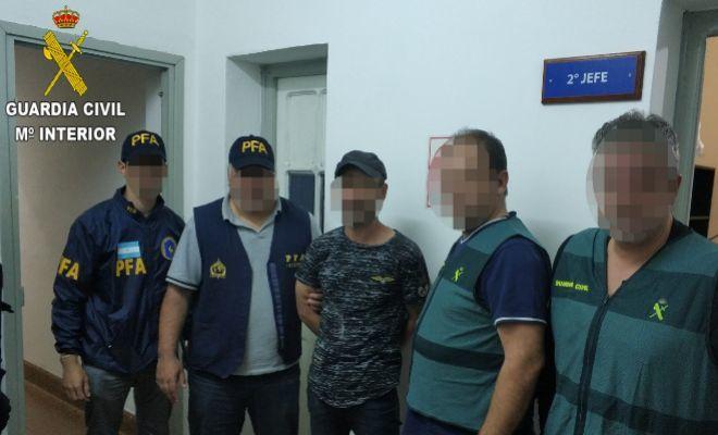 El detenido, con los agentes argentinos y españoles que han procedido a su arresto.