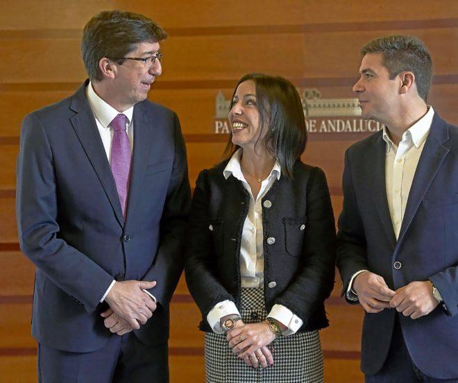La presidenta del Parlamento, Marta Bosquet, junto al candidato de Ciudadanos, Juan Marín, y el diputado 'naranja' por Cádiz, Sergio Romero