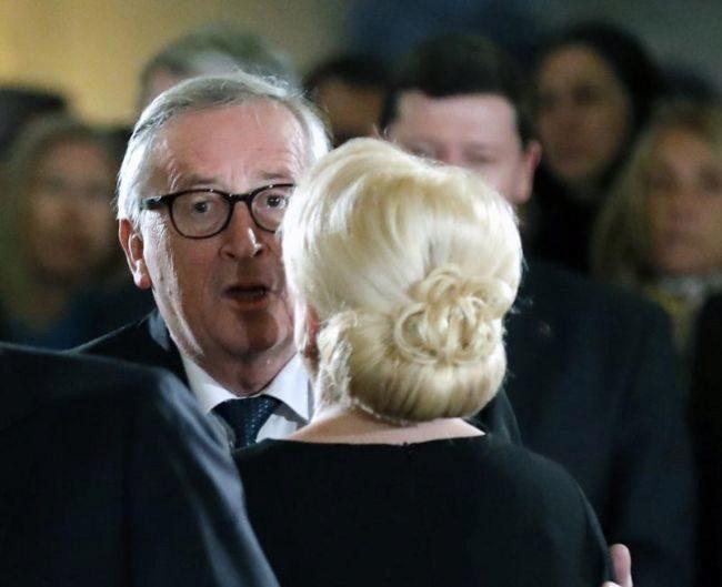 La primera ministra rumana, Viorica Dancila, recibe a Jean-Claude Juncker en Bucarest.