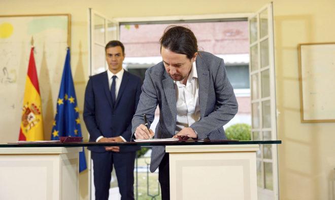 El secretario general de Podemos, Pablo Iglesias, firma el acuerdo de...
