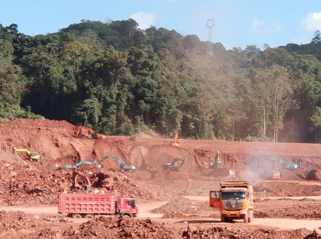 Las excavadoras arrasan la selva por donde pasará el nuevo tren.