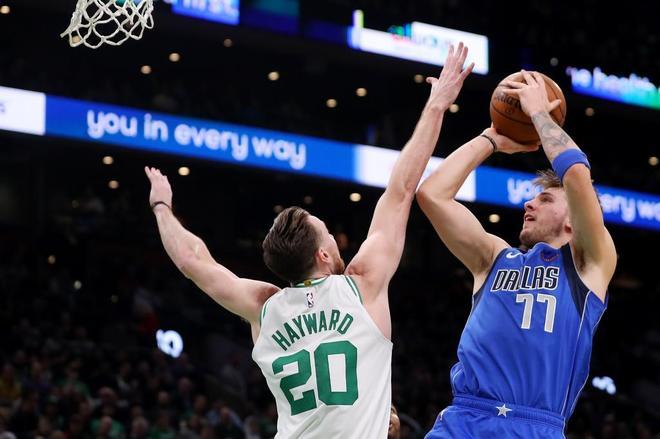 Luka Doncic lanza a canasta durante un partido ante los Celtics.