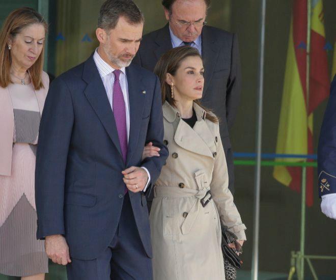 Felipe VI y Letizia en el aeropuerto antes de un viaje de Estado