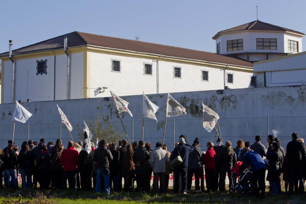 Concentración en solidaridad con los presos de ETA ante la cárcel de Martutene.