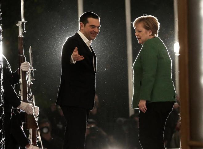El primer ministro griego, Alexis Tsipras, junto a la canciller alemana, Angela Merkel,en Atenas.