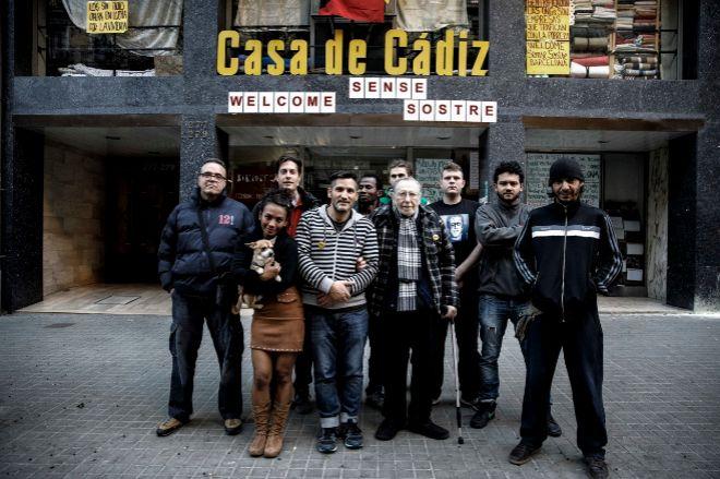 Las personas sin techo en la puerta de la Casa de Cádiz de Barcelona