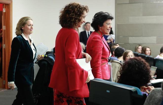 La ministra de Economía, Nadia Calviño, la de Hacienda, María Jesús Montero, y la portavoz del Ejecutivo, Isabel Celaa.