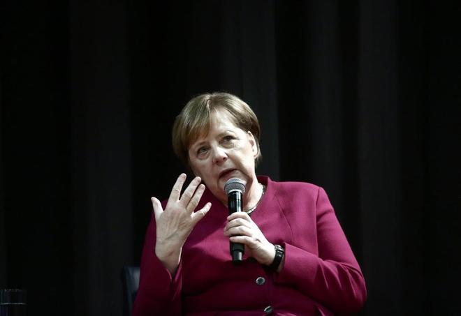 La canciller alemana, Angela Merkel, durante su visita al Colegio Alemán, en Atenas.