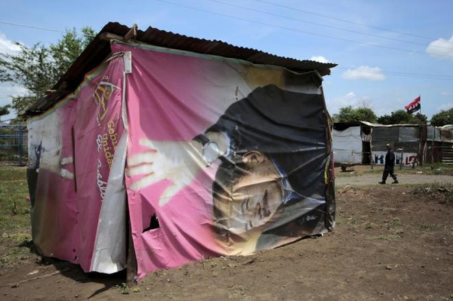 Una casa construida con una pancarta del presidente Daniel Ortega en Managua, Nicaragua.