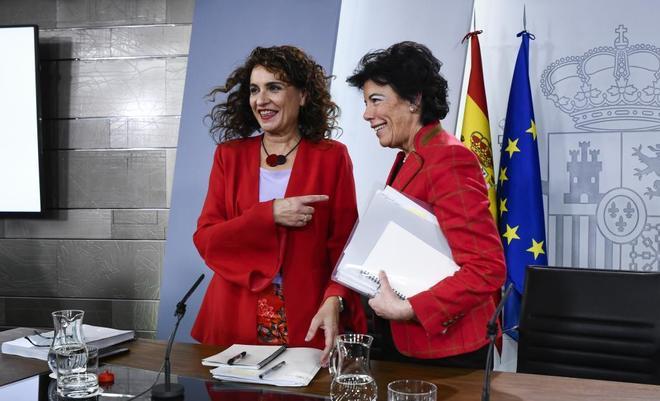 La ministra de Hacienda, María Jesús Montero, y la portavoz del Ejecutivo, Isabel Celáa, el viernes tras el Consejo de Ministros.