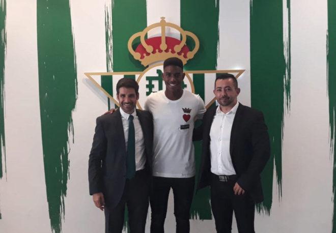 Sufi Abdelkader (izquierda) con Junior Firpo (centro) el día en amplió su contrato por cinco temporadas más, hasta el 30 de junio de 2023.