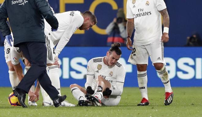 Gareth Bale se duele sobre el césped en el partido ante el Villarreal.