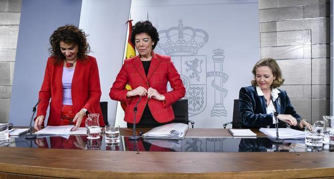 La ministra de Hacienda, María Jesús Montero, ayer, con la ministra portavoz del Gobierno, Isabel Celaá, y la ministra de Economía, Nadia Calviño.