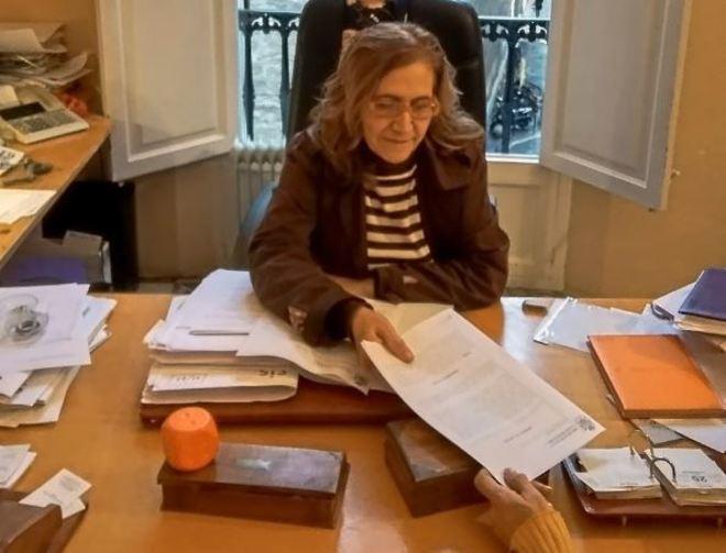 La abogada Catalina Monserrat, en su despacho de Palma, entregando la última sentencia a María.