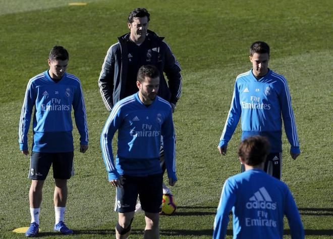 Santiago Solari (c), junto a los jugadores durante el entrenamiento del Real Madrid.