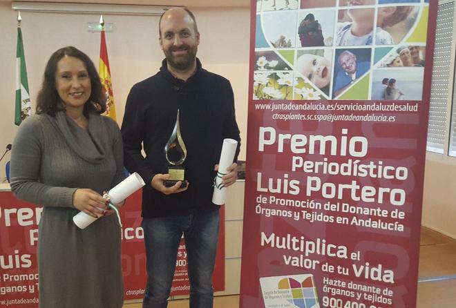Rafael Madero y Carmen Reina, recogiendo el premio este viernes.