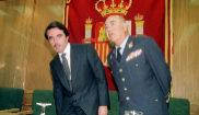 José María Aznar y el entonces Jemad Santiago Valderas, en una...
