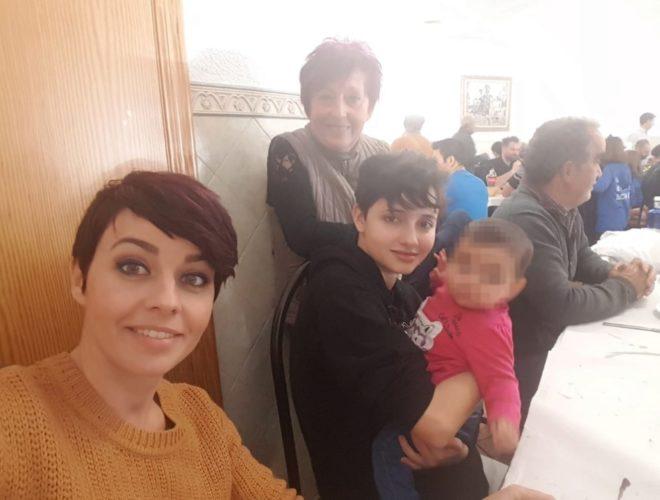 Noelia Bru en primer término, con Patricia y su hija a la derecha, y con la madre de Noelia y madrina de Patricia, detrás, en una comida el día 1 de enero.