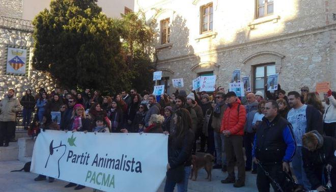 Concentración de protesta por la muerta del perro Shaitan en Calafell