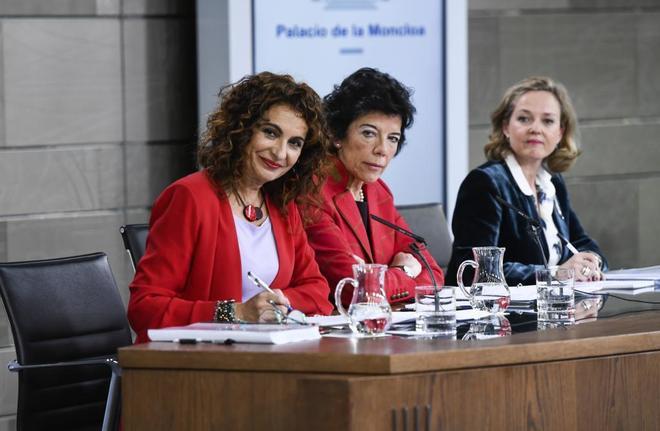 De izquierda a derecha, la ministra de Hacienda, María Jesús Montero, la ministra portavoz del Gobierno, Isabel Celaá, y la ministra de Economía, Nadia Calviño.
