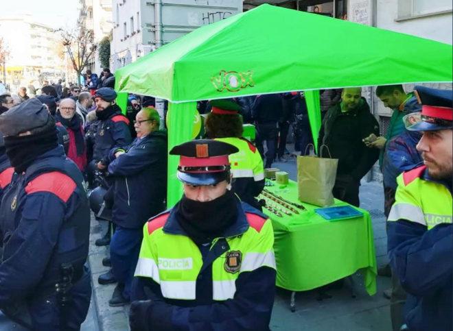 Los Mossos d'Esquadra han desplegado un cordón policial para proteger la carpa informativa montada por el partido de derecha extrema Vox en la localidad de Sitges (Barcelona) ante la presencia de un grupo de unos 60 radicales independentistas y antisistema, además de vecinos que rechazaban el acto.