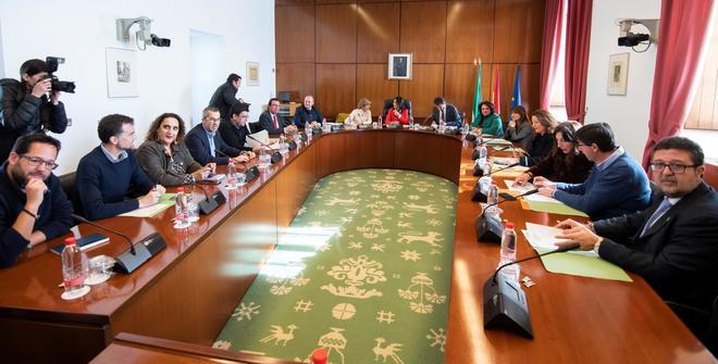 Serrano, a la derecha, en la primera reunión de Junta de Portavoces del nuevo Parlamento andaluz.
