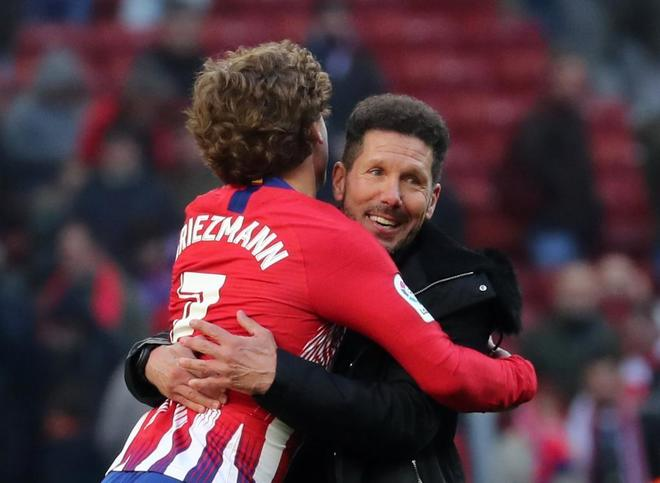 Griezmann se abraza con Simeone tras marcar de penalti.