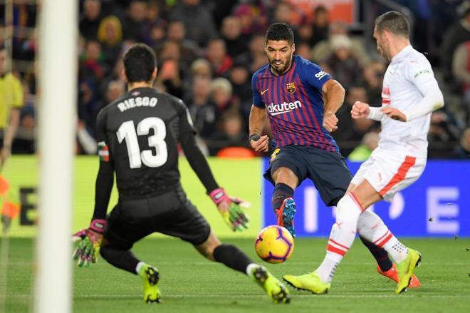 Luis Suárez anota su segundo gol, el tercero del Barça, ante el Eibar.
