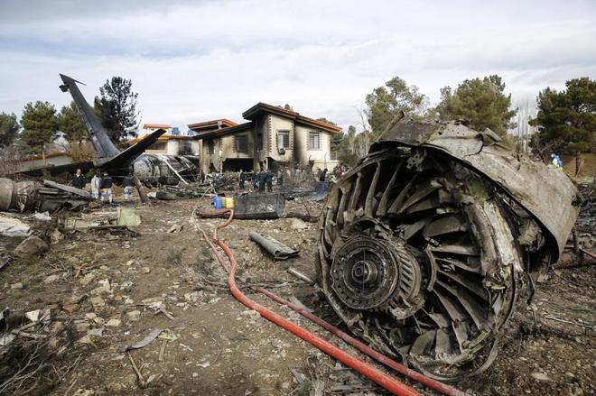 Restos del Boeing 707 que se ha estrellado cerca de un complejo residencial próximo a Teherán.