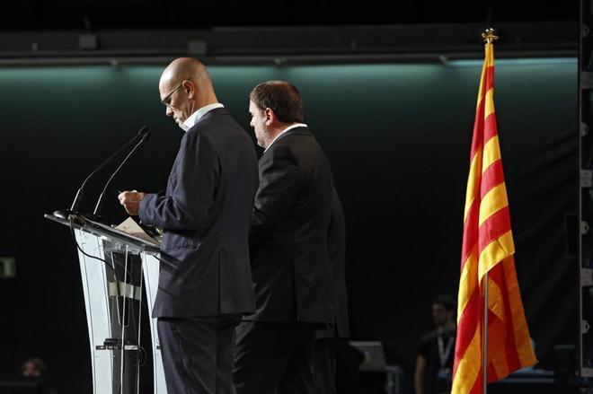 El presidente de ERC y exvicepresidente de la Generalitat, Oriol Junqueras, y el exconseller y diputado del Parlament Raül Romeva durante la presentación de la operativa del 1-O, en septiembre de 2017.