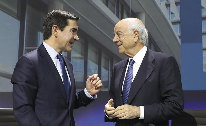 El presidente del BBVA, Carlos Torres (izqda.),, y su antecesor,...