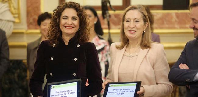La ministra de Hacienda (izquierda), junto a  la presidenta del...