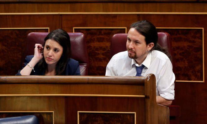 Irene Montero y Pablo Iglesias, en sus escaños en el Congreso de los Diputados.