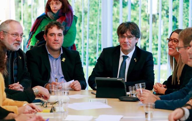 El ex presidente Puigdemont y el presidente del PDeCAT, David Bonvehí, junto al ex conseller Lluís Puig y la vicepresidenta del PDeCAT, Míriam Nogueras, durante su reunión en Waterloo.