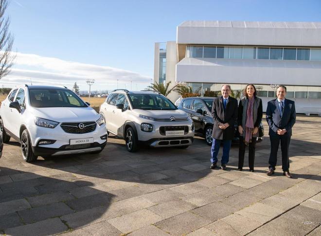 La ministra de Industria, Comercio y Turismo, Reyes Maroto (c), el presidente de Aragón, Javier Lambán (i) y el director de PSA Zaragoza, Juan Antonio Muñoz Codina (d) posan a la entrada de la factoría de de Grupo PSA en Figueruelas (Zaragoza)