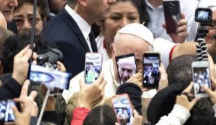 El Papa Francisco, entre decenas de teléfonos móviles durante su...
